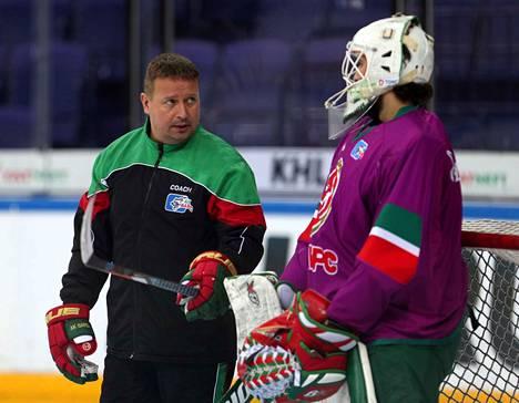 Ari Moisanen (vasemmalla) juhli KHL:n mestaruutta Ak Bars Kazanissa.