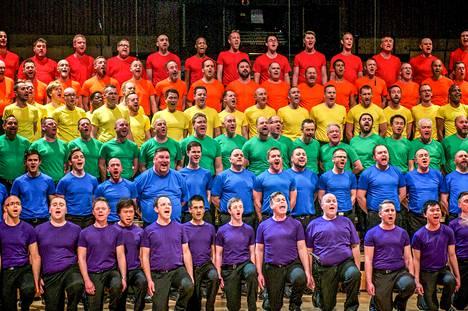 Pride-viikkoa vietetään myös tv-kanavilla ja suoratoistopalveluissa. Dokumentti Who´s gonna love me now kertoo israelilaisesta hiv-positiivisesta Saarista, jota uskonnollinen perhe paheksuu. Miesten gay-kuorossa laulaminen tuo iloa elämään.