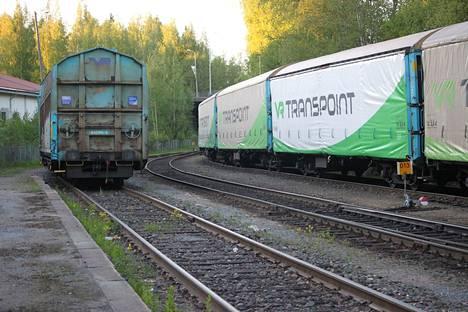 Mielipidekirjoittajat kirjoittavat, että raideyhteyden ansiosta lähijunaliikenne Valkeakosken suuntaan olisi myös mahdollinen.