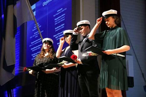 Uudet ylioppilaat Vera Kuusela, Emma Tervonen, Veikko Tuominen ja Enni Uitamo laittoivat valkolakit päähänsä Keuruun yhteiskoululla järjestetyssä itsenäisyyspäivä- ja ylioppilasjuhlassa torstaina.
