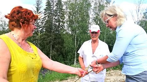 Kaupunginjohtaja Anne Heusala avaa Vilppulan kuntoportaat leikkaamalla nauhan, jota pitelevät Hannele Tamminiemi ja Reino Tamminiemi.