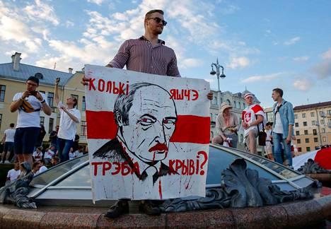 Presidentti Aleksandr Lukashenko ei ole nyt erityisen suosittu mies kotimaassaan Valko-Venäjällä. Kuva on sunnuntain mielenosoituksesta Minskistä.