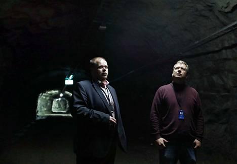 Ficolon Sauli Ihalainen (oik.) on veljensä Seppo Ihalaisen (vas.) mukaan viettänyt Ficolon työntekijöistä eniten aikaa Ulvilan luolastossa. Luolaston 8 500 neliön pinta-alasta yli puolet on vielä rakentamatonta tilaa.