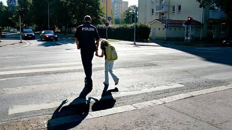 Poliisi keskittyy valvonnassaan muun muassa kaikkien tiekäyttäjäryhmien väistämissääntöjen noudattamiseen suojateillä ja risteyksissä.