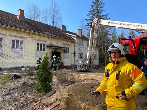 Päivystävä palomestari Jarkko Pietiläinen kertoo, että jälkisammutus jatkuu pitkään.