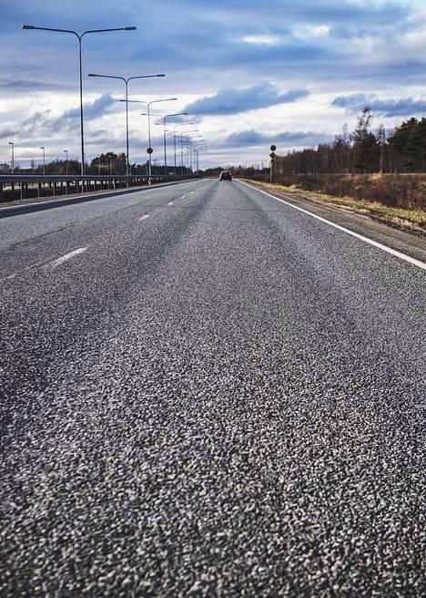 Kirjoittaja muistuttaa, että 10 vuoden aikana Varsinais-Suomen ely-keskus tulee edistämään monia parantamistoimenpiteitä Porin ja Huittisten välisellä tieosuudella.