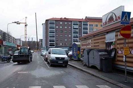 Nykyisellään Tampereen Tammelantorin vierestä kulkevalla Pinninkadulla on 61 pysäköintipaikkaa. Kadun kehittämisestä tehdyn suunnitelmaehdotuksen mukaan paikkamäärä vähenisi 50 paikalla ja Pinninkadun ajoväylä kapenisi.