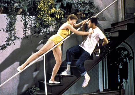 Vaarattomia vakoilijoita kertoo kahdesta kämppiksestä kaunottarien, painajaisunien ja vakoilijoiden hurjissa maailmoissa. Toinen kaverista on Jerry Lewis (oikealla), joka taiteilee portaissa Shirley MacLainen kanssa.