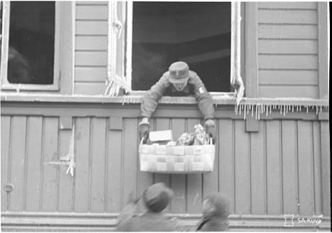 Tässä kiikutetaan irtaimistoa turvaan mahdollisesti pommituksen vaurioittamasta asunnosta.