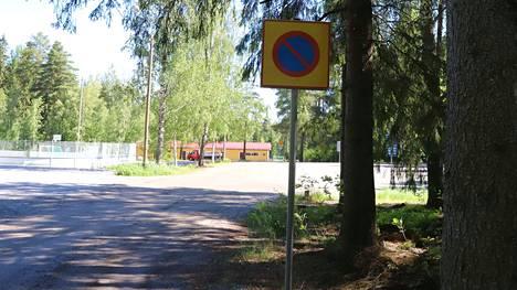 Menkalan urheilupuistossa pysäköintiä on rajoitettu alueellisella pysäköintikiellolla. Sallitut pysäköintipaikat urheilupuiston sisällä osoitetaan erillisillä liikennemerkeillä.