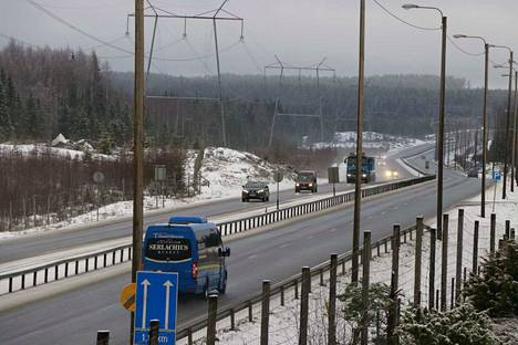Tällaiset keskikaiteelliset ohituskaistat rakennetaan vuonna 2021 Yliskylän ja Orituvan välille. Tämä 2,3 kilometrin ohituskaista on jo valmiina Säynäjärven ja Siitaman välillä.