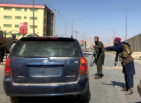 Talebanin taistelijat pysäyttivät auton Kabulissa tarkastusta varten elokuussa.