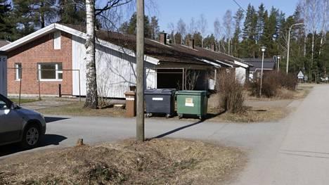 Takojanpolku 13:ssa sijaitsevan vajoavan rivitalon neljä osakasta häädettiin kodeistaan kolme vuotta sitten. Tältä rivitalo näytti 19. huhtikuuta tänä vuonna.