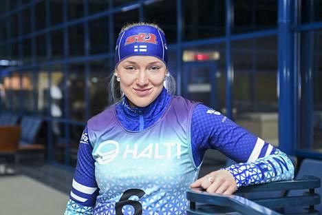 Anita Korva poseerasi Suomen maajoukkueen uudessa kilpa-asussa Hiihtoliiton lehdistötilaisuudessa Helsinki-Vantaan lentoasemalla.