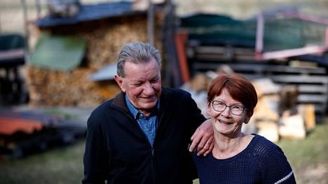 Kari Perälä ja Kaarina Holmberg nauttivat yhteisestä elämästä ja arjesta. Pari vihittiin joulukuussa. Yhdessä on tehty muun muassa taustalla olevat polttopuut. Kummallakin on sitä varten oma moottorisaha.