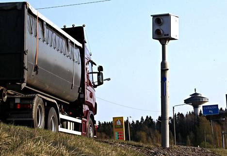 Vanhojen tuttujen kameratolppien rinnalle otetaan käyttöön uudenlaisia nopeusvalvontakameroita, jotka voivat mitata nopeutta jopa 150 metrin päästä. Arkistokuvassa valtatie 8 Eurajoella.