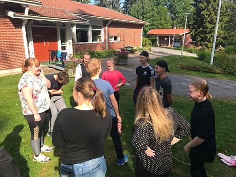Ensimmäisen vuoden opiskelijoille oli tarjolla muun muassa ryhmäleikkejä. Kuvassa Aaro Halminen, Aino Ylilammi, Sonja Peltomäki, Viljami Sinnemäki, Martin Smolin, Annika Koskela, Aino Rajala, Ella Harri sekä Saima Ohristo.