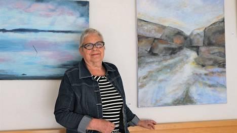 Marita Erkkola-Järvisen näyttelyssä on useita akryylimaalauksiaan. Kuvassa vasemmalla