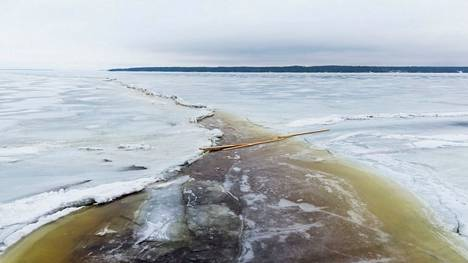 Näsijärven jäällä Kaupinojalta Aitolahteen päin oli maaliskuun 24. päivä iso railo.