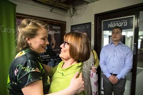 Vihreiden Iiris Suomela Tampereelta nousee uutena kansanedustajana eduskuntaan. 24-vuotias Suomela on eduskunnan nuorin kansanedustaja.