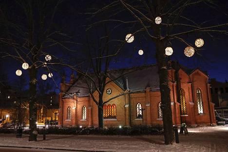 Valopallot johdattavat kaupunkilaiset Kuninkaankatua Finlaysonin kirkon ohi kohti Tallipihaa.