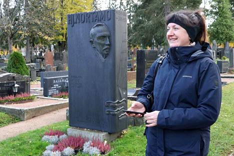 Rauma-opas Marina Virtanen oli aloitteentekijänä Vanhan hautausmaan digitaalisen opastuksen laatimisessa. Paikallisten merkkihenkilöiden muistomerkit ja taustatiedot löytyvät nyt sujuvasti älykännykän avustuksella.