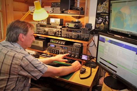 Jari Kulkin radioasema, eli OH1EB näyttää fyysisesti tältä. Laitteisto koostuu muiden muassa useammasta radiolähetinvastaanottimesta, lineaarisista vahvistimista, tietokoneesta ja näytöistä, sekä sähkötykseen käytettävistä avainnuslaitteista.