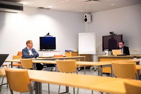 Pirkanmaan pandemiaohjausryhmä eli niin kutsuttu koronanyrkki linjasi tiistaina uusista koronasuosituksista. Ryhmään kuuluvat muun muassa Tampereen yliopistollisen sairaalan johtajaylilääkäri Juhani Sand (oik.) ja pormestari Lauri Lyly. Kuvassa ryhmä kokoontui ensimmäistä kertaa syyskuussa.