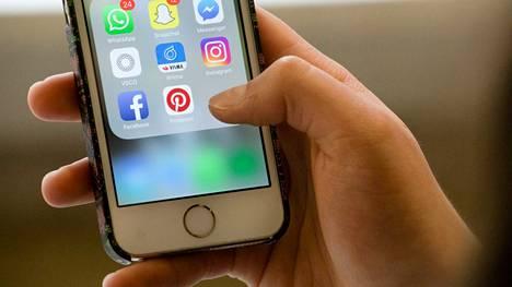 Sisä-Suomen poliisi tutkii useita Whatsapp-tilien kaappauksia. Kuva vuodelta 2016. Whatsapp-sovelluksen vihreä logo näkyy puhelimen näytön vasemmassa ylänurkassa.