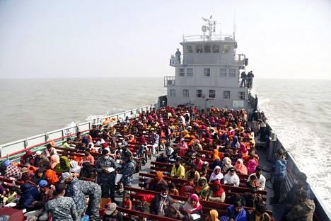 Bangladeshin laivasto aloitti rohingya-pakolaisten siirtämisen tiistaina. Bhasan Charin saari on usean tunnin laivamatkan päässä mantereelta, ja kovan merenkäynnin aikana yhteys mantereelle on yleensä katki.
