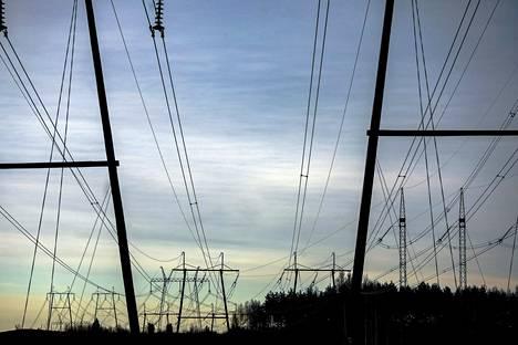 Hinnoittelun kohtuullisuus ja toimitusvarmuuden parantaminen sekä niiden balanssi ovat fokuksessa sähkön jakeluverkkotoiminnan valvonnassa. Se ei ole Suomessa helppo rasti.