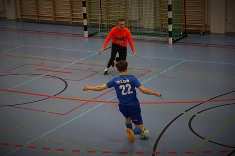 Sinisessä peliasussa pelaava KoPa:n futsaljoukkue on tällä hetkellä kolmantena sarjassa. Kuva on viime kauden pelistä, jossa KoPa voitti FC Ulvilan maalein 3-2.