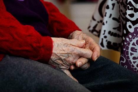 Sydämeni sanoo, että minun ei pitäisi olla täällä tablettitietokoneen takana, vaan sängyn vieressä pitämässä äitiä kädestä kiinni.
