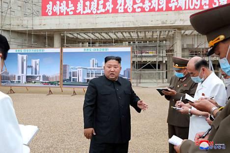 Pohjois-Korean johtaja Kim Jong-un lausui tiistaina, että ydinaseet takaavat maan turvallisuuden. Kim Jong-un Pohjois-Korean uutistoimiston viime viikolla julkaisemassa kuvassa Pjongjangin sairaalan rakennustyömaalla.