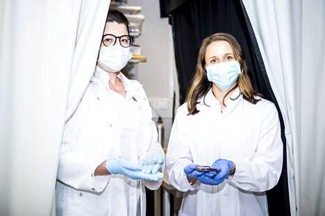 Tampereen yliopiston hermoryhmän johtava yliopistotutkija Susanna Narkilahti (vas.) ja tutkijatohtori Tanja Hyvärinen kuvattiin Kaupin kampuksella Arvo-rakennuksessa sijaitsevassa laboratoriossa 23. kesäkuuta 2021.