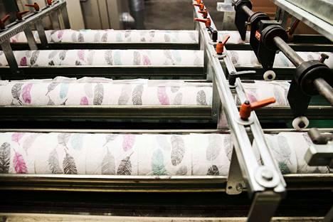 Nokian Essityn tehtaalla valmistetaan erilaisia pehmopaperituotteita, kuten vessapaperia ja talouspaperia. Arkistokuva.