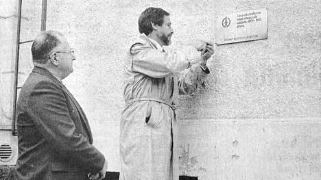 1 Kotiniemi sai muistolaatan, joka kertoo varavankilan toimineen sotasairaalana viime sotien aikana. Laattaa kiinnittivät rovasti Väinö Salokorpi (oikealla) ja Sotainvalidien Vilppulan osaston sihteeri Reino Aho.