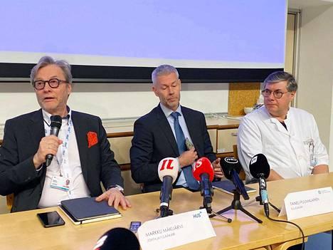 HUS ja THL järjestivät tiedotustilaisuuden koronaviruksesta keskiviikkona. Kuvassa HUS:n johtajalääkäri Markku Mäkijärvi (vas.), THL:n ylilääkäri Taneli Puumalainen ja HUS:n ylilääkäri Asko Järvinen.
