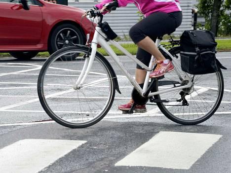 Kirjoittajan mukaan ilmastonmuutokseen voi vaikuttaa esimerkiksi vaihtamalla autoilun pyöräilyyn.