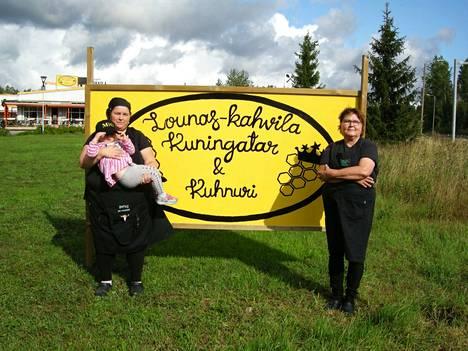 Akaan vuoden hunajakuningattaret Susan Eerikinharju (vas) sylissään Sandra ja Päivi Eerikinharju.