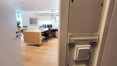 Rauman kaupunginjohtajan huone odottaa uutta nimeä, kun Johanna Luukkonen lähti Hyvinkäälle. Uudeksi kaupunginjohtajaksi esitetään Liedon nykyistä kunnanjohtaja Esko Poikelaa.