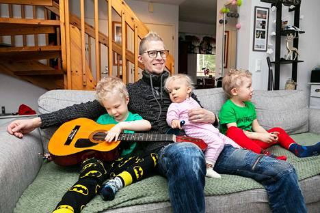 Portion Boysin Jay Rocka eli Jyrki Kannisto on ihan tavallinen tamperelainen perheenisä. Viisivuotiaat kaksoset ja perheen yksivuotias kuopus osaavat isänsä mukaan toistaiseksi soittaa vain ovikelloa ja suutaan, mutta hyvää nuottikorvaa on havaittavissa.