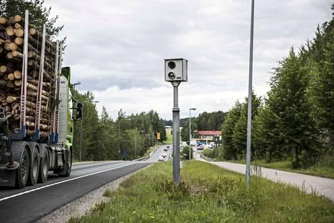 Peltipoliisit ikuistavat ulkomaisen auton runsaat 20000 kertaa vuodessa. Viro on ainoa EU-maa, johon poliisi aikoo lähettää ylinopeuskirjeitä.