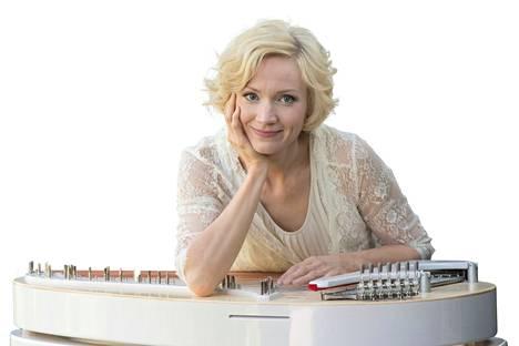 Eva Alkula soittaa paljon nykymusiikkia Suomessa ja maailmalla.