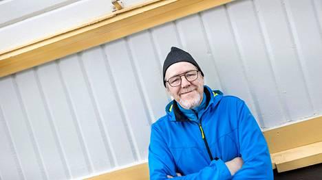 Risto Lahtisella on syytä hymyyn. Sorcolorin maalarit ottivat homman haltuun ammattilaisen ottein, ja 1800- ja 1900-luvun taitteen kuukkarilainen puutalokaunotar jatkaa elämäänsä entistä ehompana.