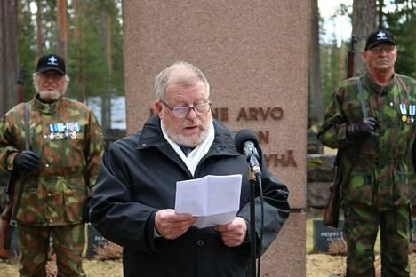 Opettaja Mauri Koskela piti juhlapuheen kansallisena veteraanipäivänä Haapamäen sankarihaudoilla.