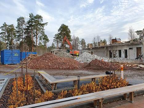 Sinervän koulun pihan on pois käytöstä. Oppilaat ulkoilevat ala-asteen toisella puolella.