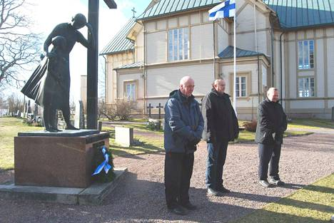 Talvisodanpäättymisen muistojuhla peruuntui koronaviruksen vuoksi. Kunniakäynnillä kunnan, seurakunnan ja veteraaniyhdistyksen havuseppelen laskivat Erkki Vanhatalo, Hannu Salo ja Veli Tiitinen.