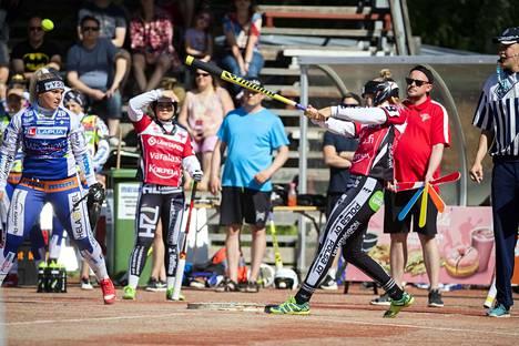 Jarkko Pokela (toinen oikealta) on pidellyt Manse PP:n viuhkaa kaudesta 2016 lähtien.
