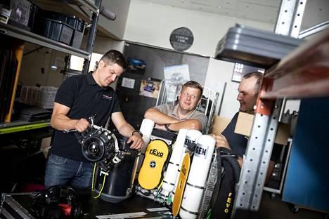 Kalle Nordling (vas), Riku Ihalainen ja Kalle Loimupalo pääsevät vieraiksi Pluran luolassa järjestettäviin häihin.